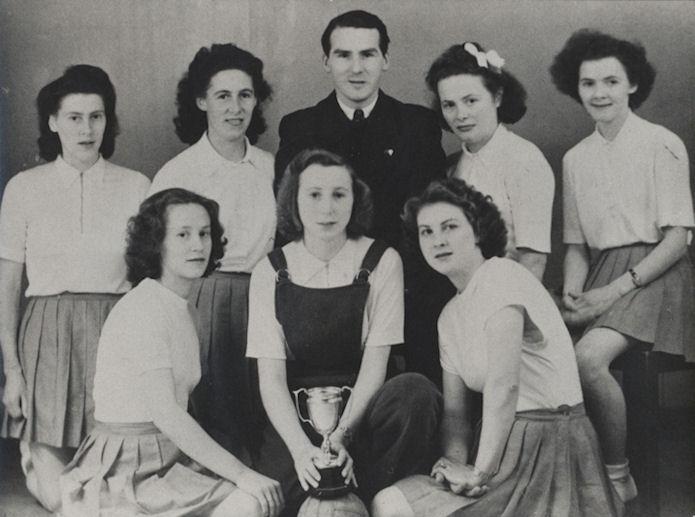 VB kvinnur vinna FM-heitið í 1950. Aftast f.v: Ragna Jacobsen, Mimmy Hovgaard, Sølvi Jespersen, venjari, Betta Mikkelsen og Gunnhild Hjalt. Fremst f.v: Kaja Jacobsen, Hjørdis Joensen og Sanna Skaalum.