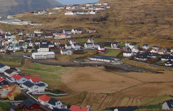 Í Holmanum har økið verður fylt við gróti, og  møguleikur fótbóltsvøllur skal gerast.