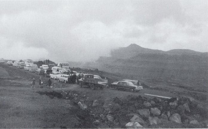 Bilarnar bíða við Hórisgøtu eftir ferðafólk úr Havn. (Mynd Auto bókin)