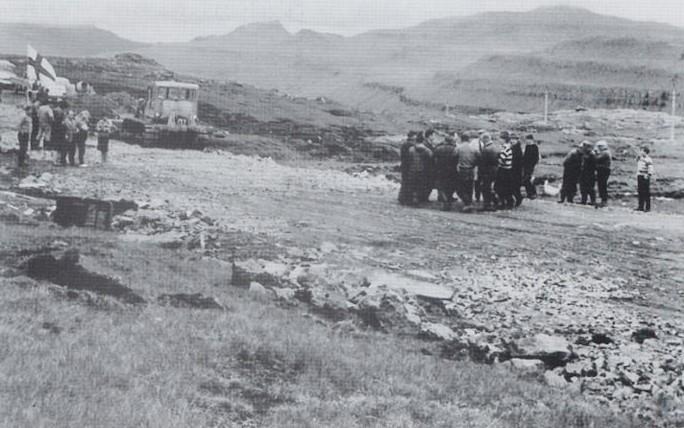 6. juni 1966 upprann so dagurin, at Oyggjarvegurin var alment samanbundin. (Mynd Auto bókin)