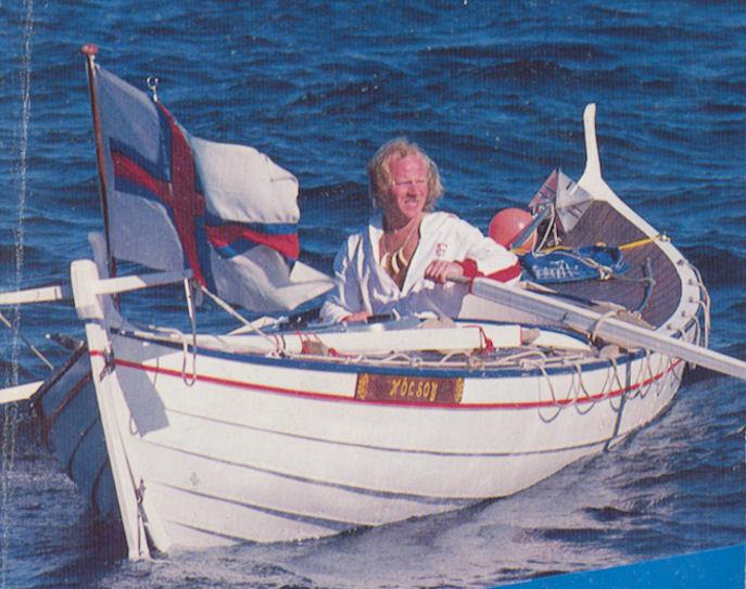 """Ovi Joensen í """"Daniu Victoriu"""" sum bátasmiðurin Hanus Jensen úr Skúgvi smáðaði."""