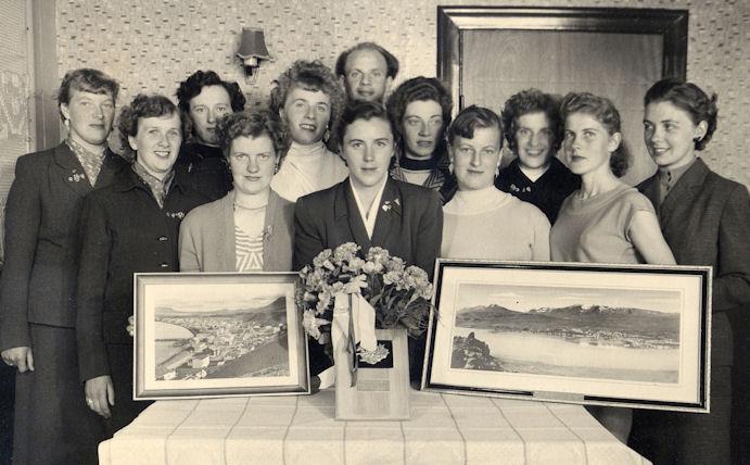 Manningin á Íslandsferðini í 1957. Fr.v: Jastrid Hansen, VÍF, Mona Simonsen, Søljan, Jenny Simonsen, Søljan, Elita Falkvard, Søljan, Kristina Dam, VÍF, Sigurd Petersen, venjari, Malvina á Dunga, Neistin, Hjalma Simonsen, Søljan, Lisbeth Johannessen, VÍF, Sylvia Djurhuus, Søljan, Anna Petersen, VÍF og Johild Djurhuus, VÍF.