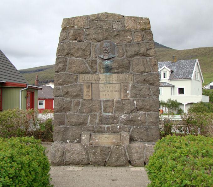 Hugaligt at standa eina løtu og minnast aftur á góðar hondbóltsløtur í Sandavági. (Mynd Vagnur)