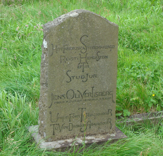 Føroyaska studentafelagið hevur sett stein í kirkjugarðin til minnis um Jens Olivur Lisberg, sum var úr Fámjin og er grivin í kirkjugarðinum. (Mynd Torbjørn)