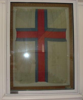 Føroyska merkið, sum hongur í kirkjuni er frá 1919. (Mynd Torbjørn)