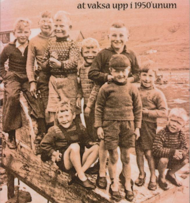 Væl hýrt børn úr Klaksvík í heimabundnum troyggjum og gummiskóm.