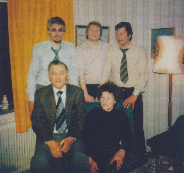 Brøðurnir Herman, Hannus og Heri saman við foreldrunum Edmundi og Judith.
