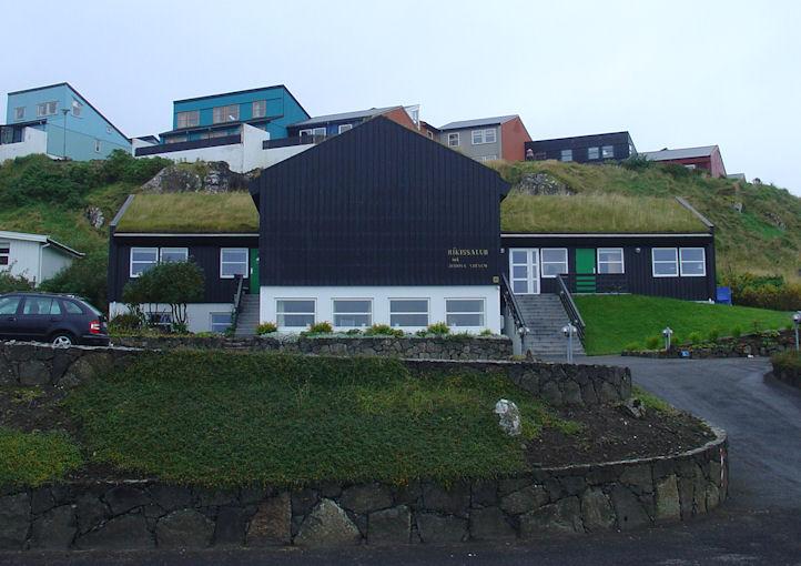 Í 1985 flutti Jehova Vitni í nýggjar Ríkissal Yviri við Strond. (Mynd Vagnur)