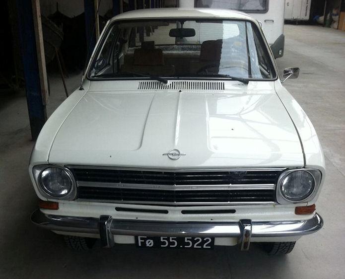 Hesin Opel Kadett B stendur høll í Rituvík.
