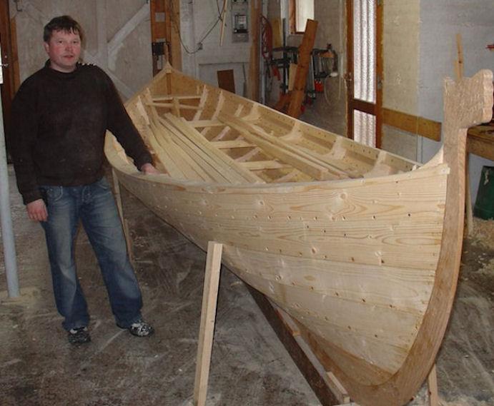 Terji Reinert Jacobsen skal smíða vestmenningur nýtt 5-mannafar. Her er Terji júst liðugur við Títling í 2008. (Mynd Vagnur)