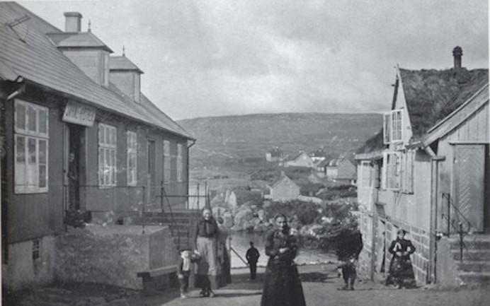 Frá 1883 til 1898 helt Svane Apotek til í húsinum vinstumegin. Skeltið sæst. (Mynd Fornminnissavnið.