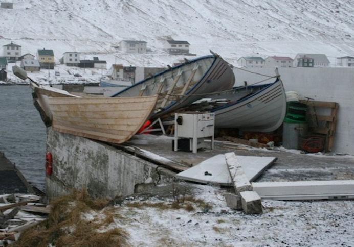 Tríggir bátar brotnaðu í ódnini í 2008.