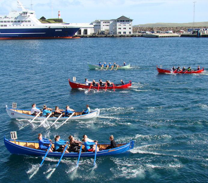 Søgulig róðrarmynd . 8-mannafør blandað.  Gullbrandur, tveir Argjabátar, Miðvingur og Knørrur. Miðvingur vann róðurin. (Mynd Vagnur)