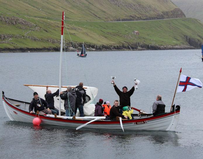 Ormurin langi vann stuttleikaróðurin við seglum.