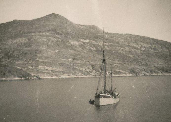 Nakrar ferðir máttu teir inn í Grønlandi eftir olju, vatni og mati.