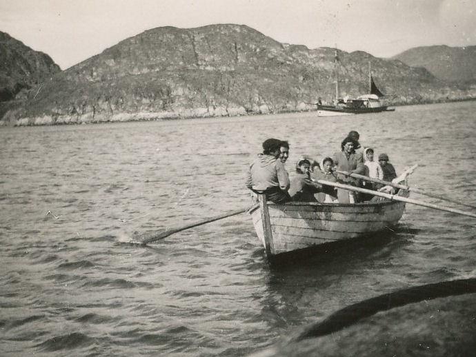 Grønlendingar vóru skjóti at vitja umborð, tá føroysku fiskiskipini kom inn í firðirnar