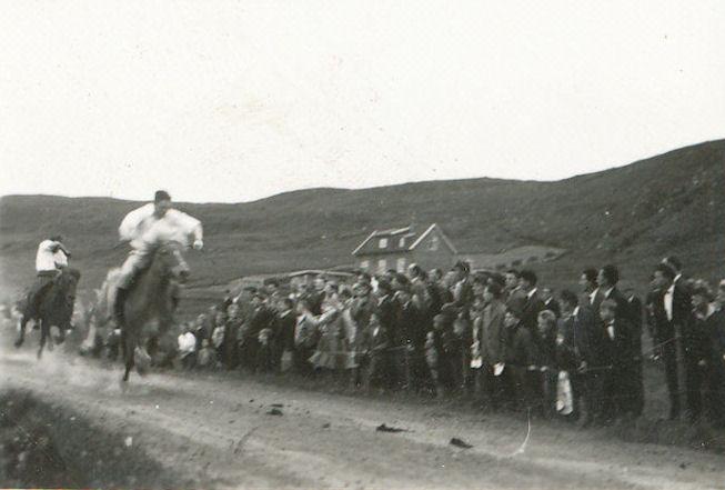Nógvir áskoðarar sóu kappríðingina á ólavsøku., (Mynd Vagnur)