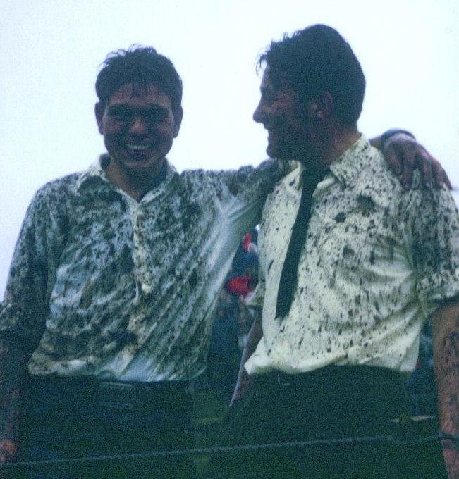 Róland Reinert og Leivur Joensen hava júst riðið á nýggju breytini í Marknagili á heysti 1970. (Mynd Føroya ríðingarfelag)