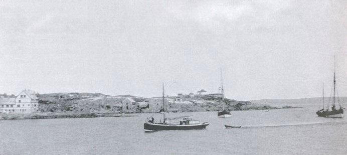 Farmaskipið Eli hjá vágsbotnhandlinum. Eli sigst at vera var fyrsta deksfarið í Føroyum, sum fekk motor. Tað var í 1902. (Mynd Siglandi arvurin)
