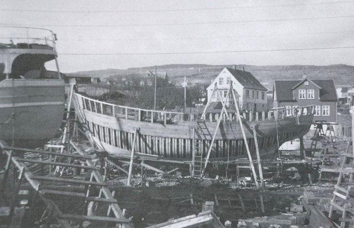 Strandfaraskipið Másin plankaður upp í 1958-59. (Mynd Siglandi arvurin)