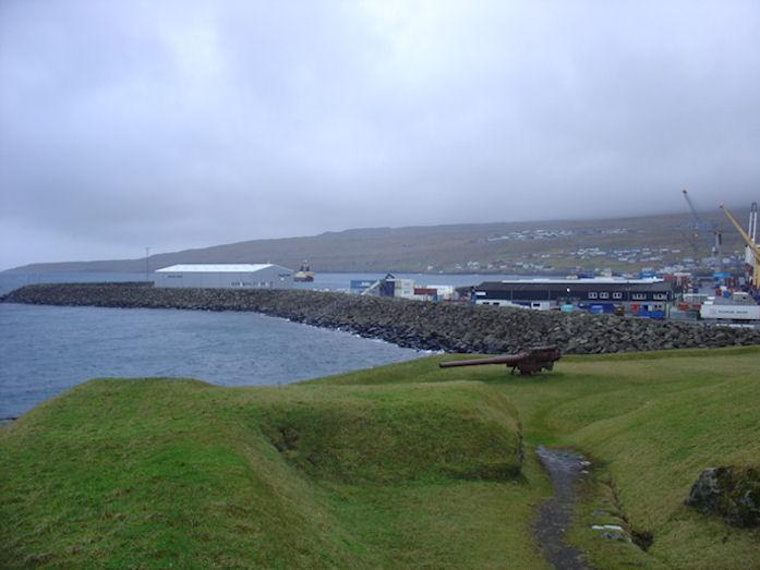 Nýggja havnarlagið eigur ikki at fara norður um grótkastið. (Mynd Vagnur)