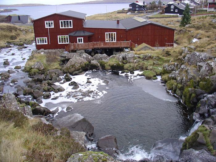 Einki er broytt við Mylluhylinum uttan tað, at vatnið ikki longur er reint. (Mynd Vagnur)