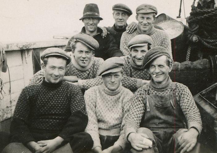 Menn bóru altíð hat ella húgvuá høvdinum. Manning umborð á sluppini Grundick í 1942.