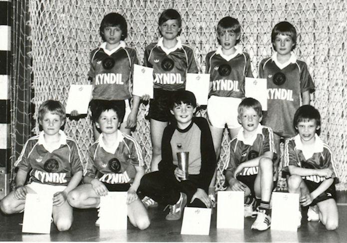 Kyndil dreingir 10 ár 1985. Standandi f. v: Hanus Jensen , Beinir Poulsen, Rúni Jákupson og  Einar Vang. Fremst f.v: Regin Johannesen, Hanus Kúrberg ,Hans á Lag, Búi Holm og Eyðun Samuelsen.