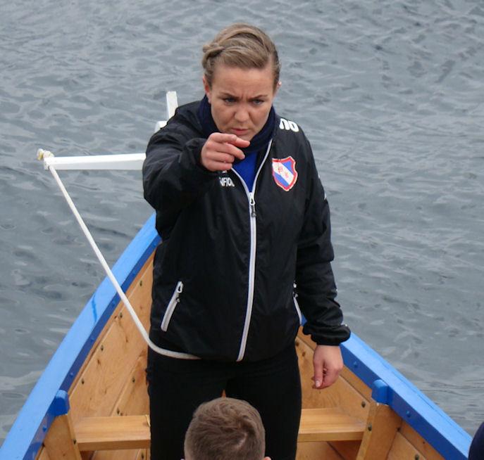 Sarita Hansen umborð á Miðvingi seinasta leygardag. Ein róðrareldsál av teimum stóru í Føroyum. (Mynd Vagnur)