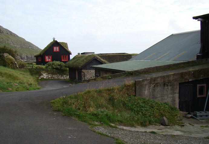 Lítið broytt seinastu hálvthunrað árini. Jón bakkaði lastbilin fram við garðinum, og
