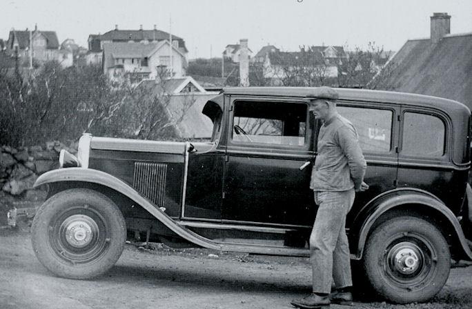 Jón Hansen fekk henda hýruvogni 1930. Jón stendur við bil sín. (Havnin - fólk og yrki)