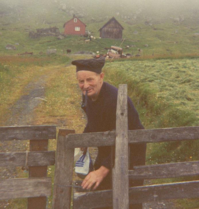 Jón Hansen á trøðni við Villingardalsvegin. Myndin tikin á sumri 1974. (Mynd Vagnur)