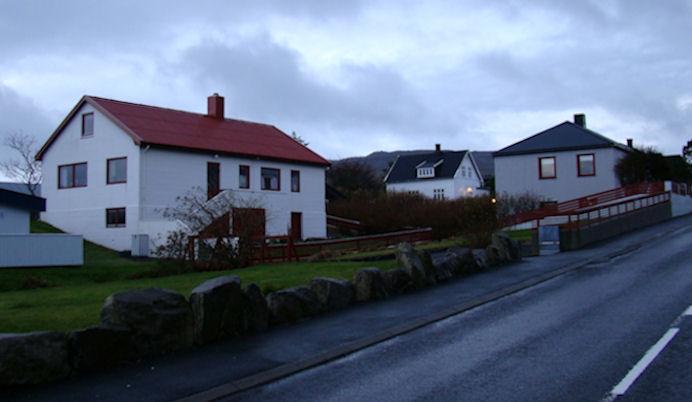 Í sethúsinum við reyð takinum við Landavegin búði familjan Wardum til 1956. (Mynd Vagnur)