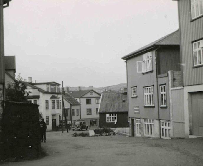 Myndin tikin einaferð í 1930-árunum. Nærmast høgrumegin Skálabúðin og síðani húsini hjá Bena Wardum.