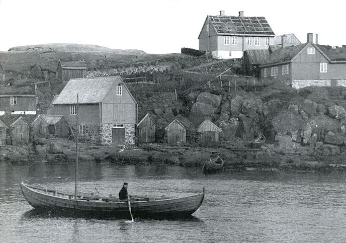 Myndin tikin í 1895 og niðan Skansabrekku. Húsini ovast eru tey hjá Jens Mohr, sum var ættaður heiman av Garði í Hoyvík. (Mynd Havnin - fólk og yrk)