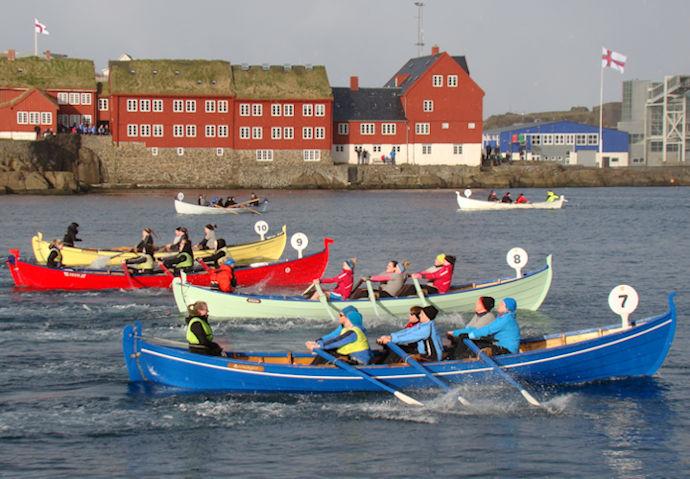 Vøkur sjón at síggja tey fýra 6-mannaførini við kvinnum. Nærmast Jarnbardur, síðni Rádni, Lómur og Sølmundur. (Mynd Vagnur)