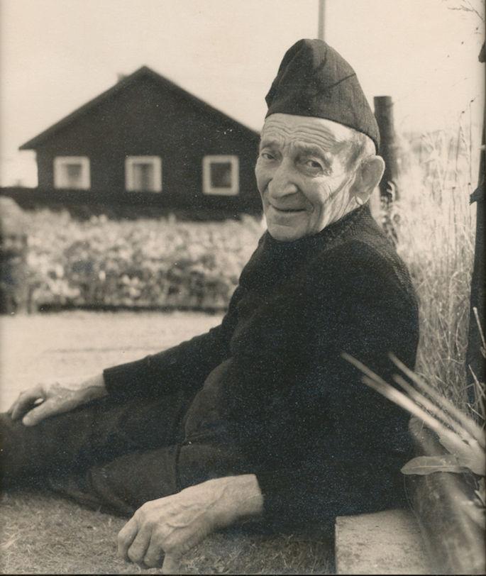 Mikkjal í Grønland (f. 1. august 1891 d. 10. juli 1979. Mikkjal gekk altíð í myrkari føroyskari húgvu.