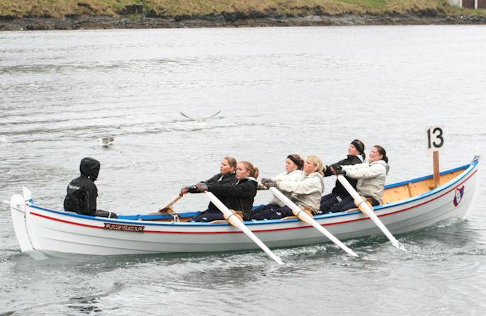 Ikki lætt at tíðarfesta hesa mynd. Sarita Hansen situr á lærbekki stýriborð.