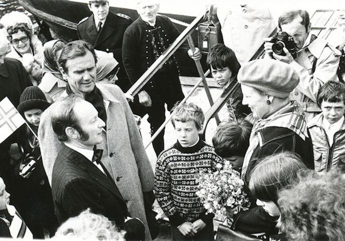 Bygdarráðsformaðurin í Hesti tekur ímóti drotningini og gemalinum í Hesti seinst í 1970 árunum. (Mynd Myndablaðið Nú)