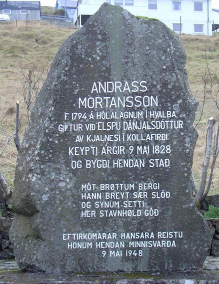 Juul Andreasen av Velbastað høgdi steinin og innskriftaði. (Mynd Vagnur)