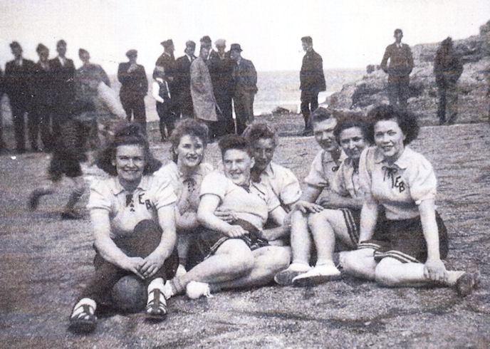 EB kvinnur hugna sær niðri á Mølini miðskeiðis í 1940 árunum.