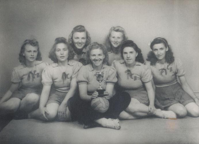 EB føroyameistari í 1947. Frá vinstu: Belina Ejdesgaard, Edely Joensen, Lydia Ellingsgaard, Asdrid Ellingsgaard, Anna Abrahamsen, Ása Ejdesgaard og Johanna Karolina Jacobsen.