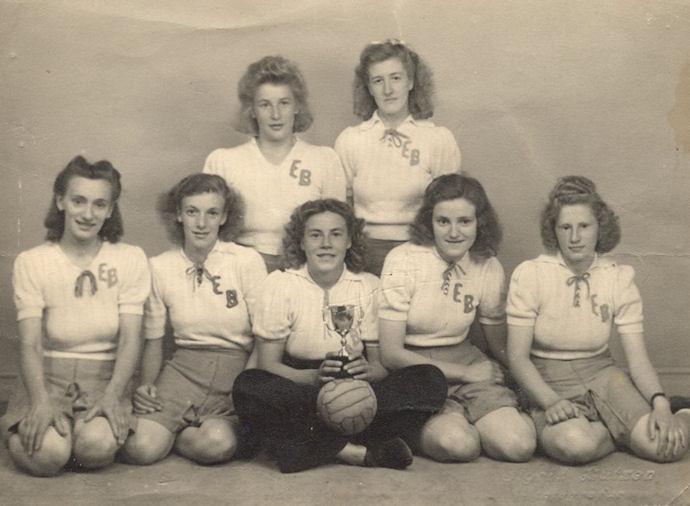 2. deildarliðið hjá EB vann FM-heitið í 1947, 1948 og 1949. Aftast f.v. Anna Jacobina Joensen og Anna Elisabeth. Poulsen. Fremst f.v: Jørgina Joensen, Solveig Jacobsen, Lena Ellingsgaard, Hjørdis Kruse og Hildigarð Festirstein.