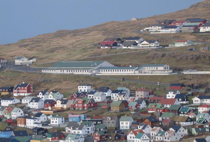Høllin á Eiði er frá 2003. Høllin er vøkur, ljós og góð, og nógv virksemi er í høllini. (Mynd Vagnur)