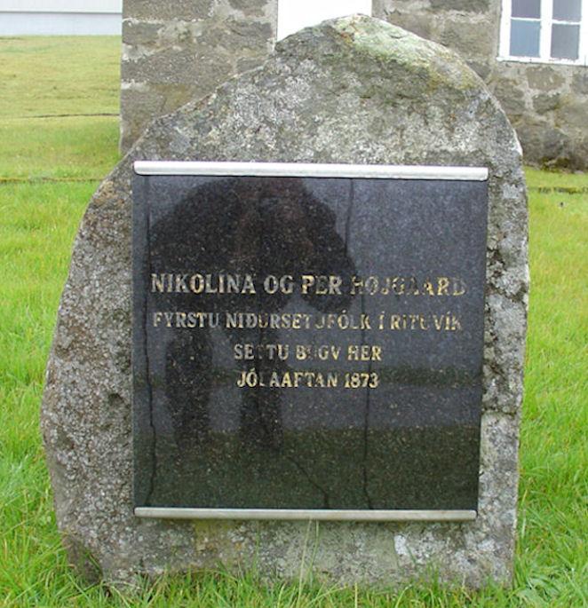 Minnisvarðin stendur har, fyrstu húsini vórðu bygd. (Mynd Vagnur)