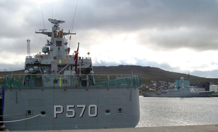 Knud Rasmussen P570 og Triton F358 við bryggju í Havn. (Mynd Vagnur)