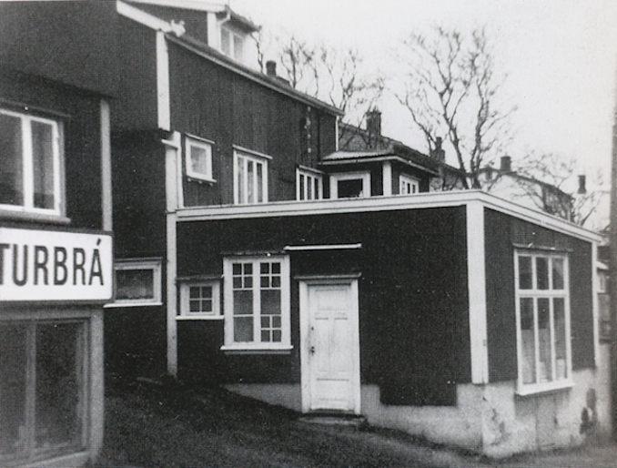 Í 1955 læt Einar upp handil, har hann umframt at selja el-lutir eisini seldi lampur o.a. (Mynd Havnin - fólk og yrki)