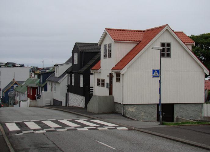 Barnaheimið hjá Einari og teimum var ljósa nú umvældu húsini. Húsini er bygd fyrst í 1900-talinum. (Mynd Vagnur)